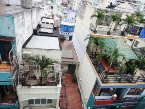 Des immeubles de 3 à 4 m de large vus du 5ème étage de l'hôtel