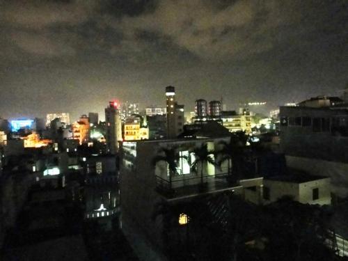 La nuit tonbe sous la pluie