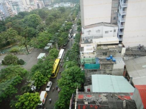 Ho Chi Minh jardin public vu à travers la vitre de l'hôtel