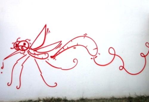 Le vol du moustique dessiné sur le mur du Leader Price à la Saline les Bans