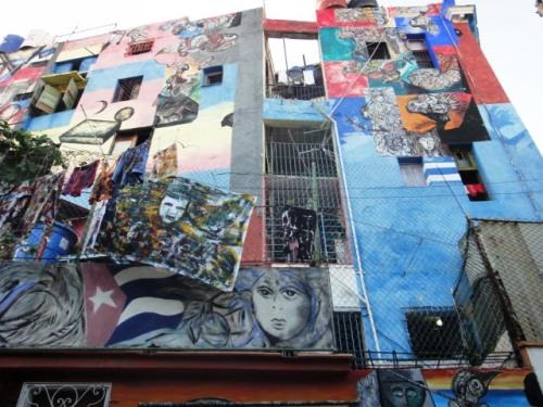 Sur les murs des immeubles