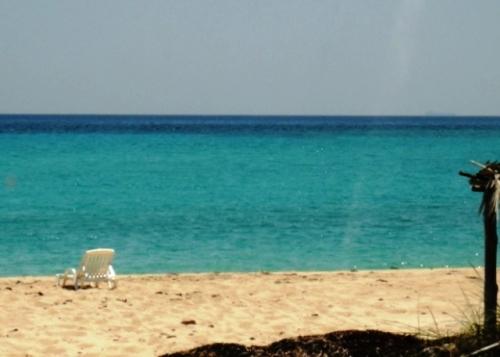 Un fauteuil abandonné sur la plage ensoleillée