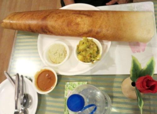 Dosa, crèpe extra fine à base de lentilles ou de pois chiche typique du Sud de l'Inde!