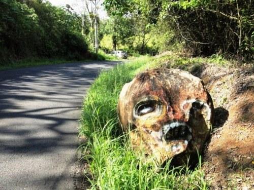 Costa Rica, rocher naturel au détour de la route vers le volcan Arenal