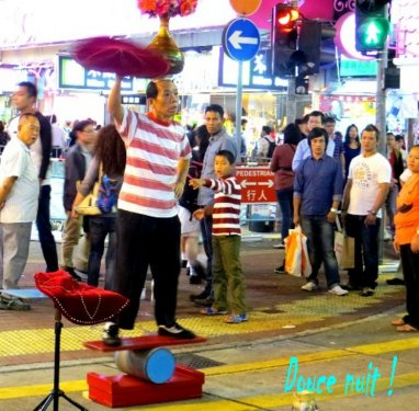Spectacle de rue ce soir dans  Nathan Road (Hong Kong)