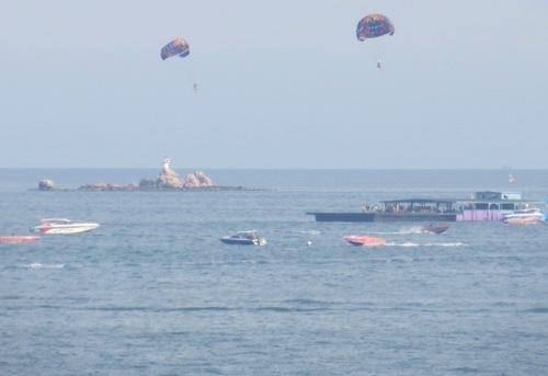 Parachute ascensionnel dans la baie de Pattaya