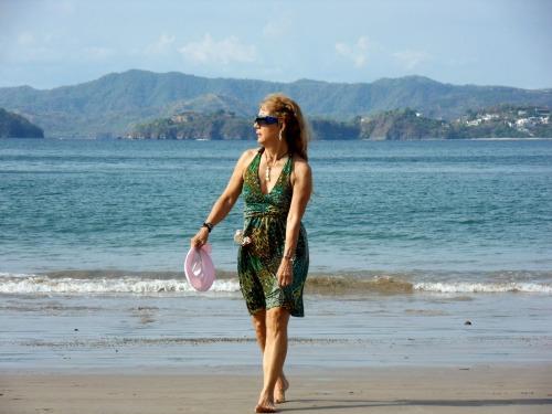 Sur une plage du Costa Rica, j'ai la robe mouillée ayant oublié mon maillot à l'hôtel!